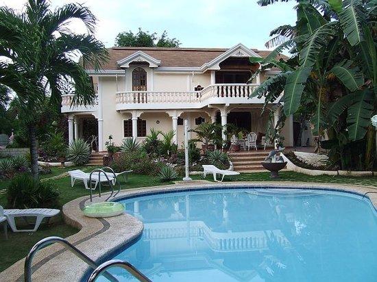 Flower Garden Resort: Blick über den Pool zum Gästehaus