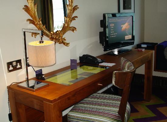Fitzwilliam Hotel Dublin: Desk & TV