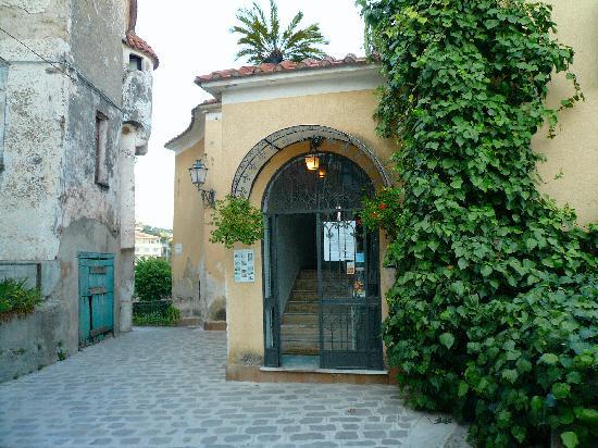 Albergo Il Castello : Entrance to the hotel