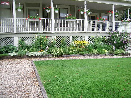Lunenburg Inn: Well kept lawn and flower gardens
