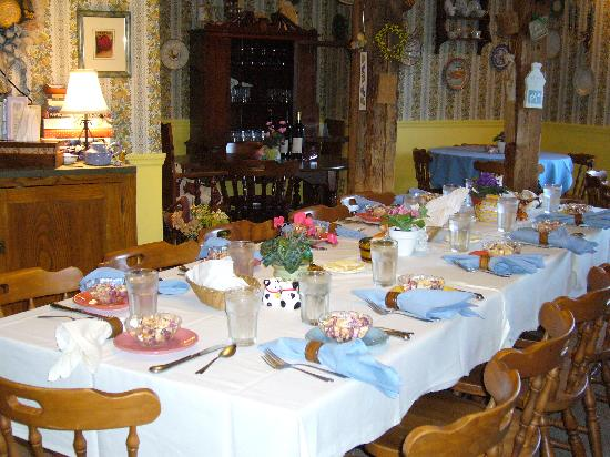 Combes Family Inn: Dining Room