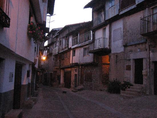 Mogarraz, España: Calle junto al hotel