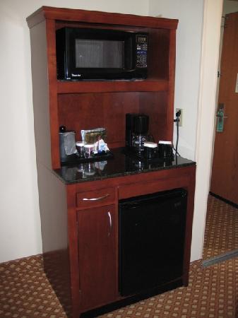 Hilton Garden Inn Jackson/Pearl: Microwave & fridge area