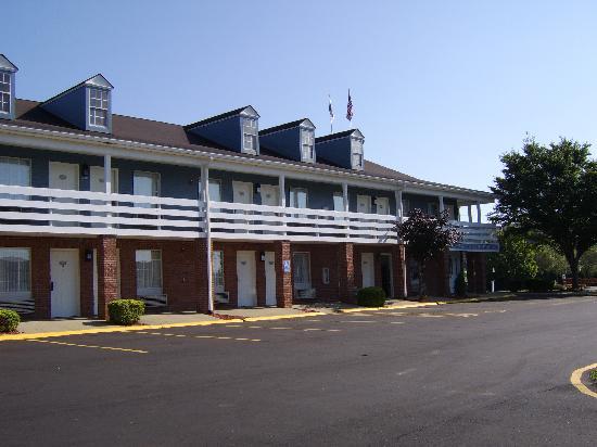 Red Roof Inn Uhrichsville: outside of hotel