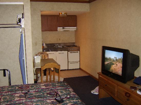 Red Roof Inn Uhrichsville: inside of the room
