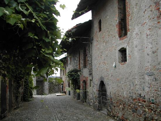 Ricetto di Candelo: narrow medieval streets