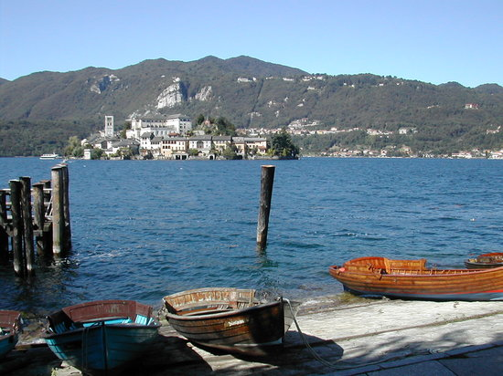 Orta San Giulio, Italie : the island from the embarcadero