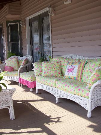 Inn at Poplar Corner: Sitting area on wrap around porch