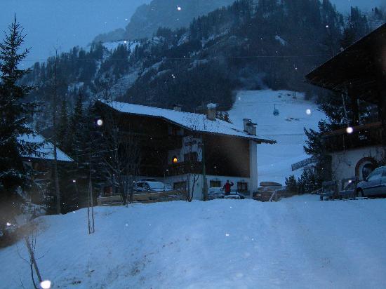 Corvara in Badia, Italia: Questa è Haus Erica in una sera nevosa!