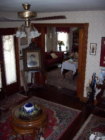 Miss Molly's Inn Bed & Breakfast: Entryway and parlour