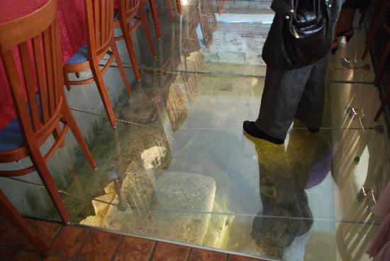 Hotel Patriarchi: これが床下の古代遺跡です。