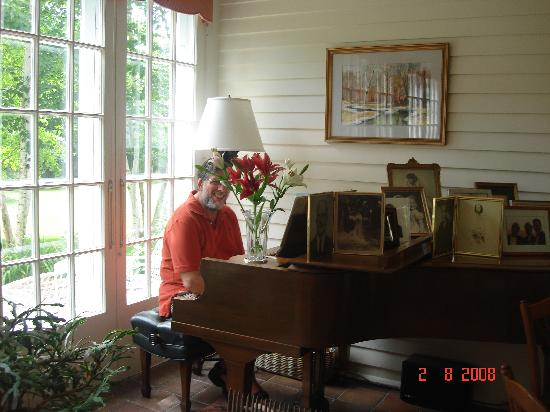 Squire House: Pianist guest plays after breakfast