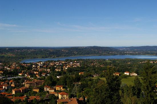 Vue depuis la chambre, grand angle sur le Lac de Varese et le Lac de Côme au 2nd plan