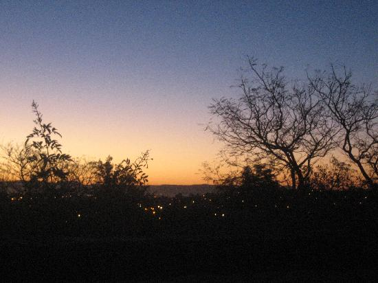 Tamboti Guest House: Sunset over Windhoek from the terrace