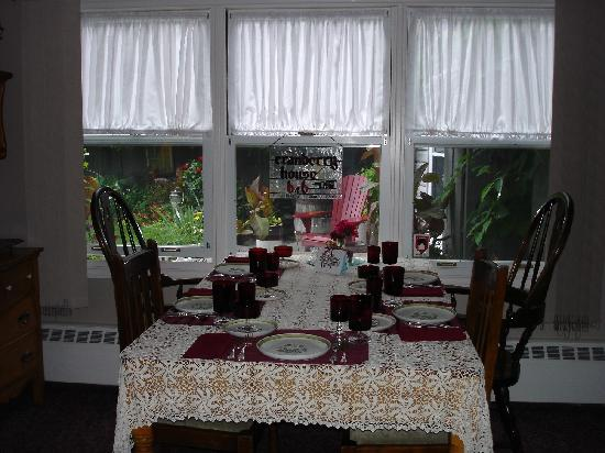 Cranberry House Bed & Breakfast: Breakfast table