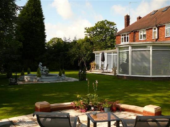 Redlands Guest House: Garden