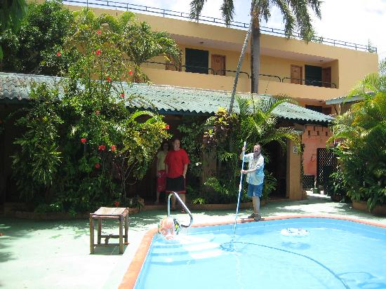 Casa Valeria Boutique Hotel: Arien cleaning the pool