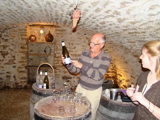 Chez Brigitte et Jean-Charles Viennet : Jean Charles giving us a wine tasting
