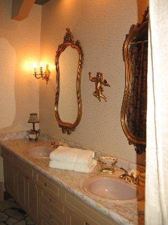 Le Clos Dauphinais: L'Amandine Bathroom