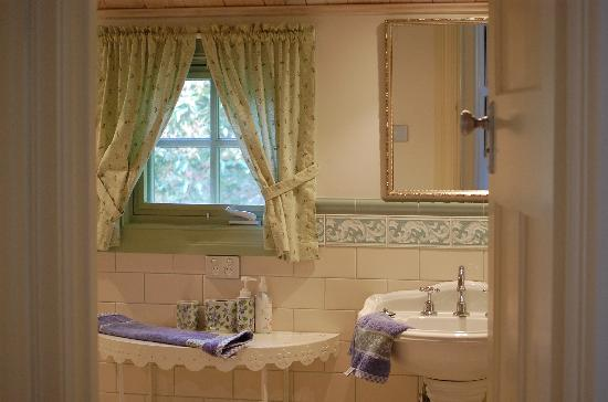 The Studio & the Barn Bed and Breakfast: Bathroom