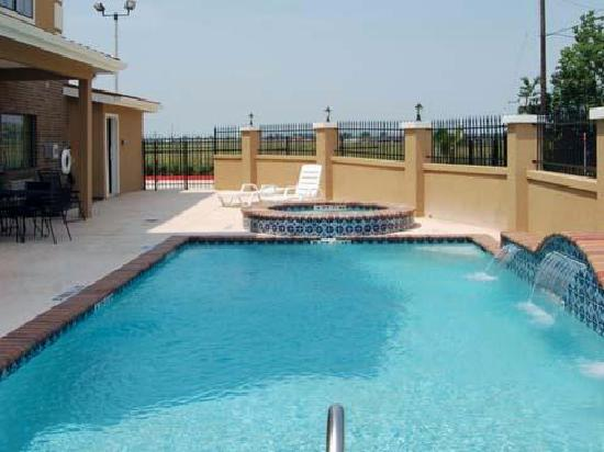 Baymont Inn & Suites Baytown : Pool and Hot Tub!