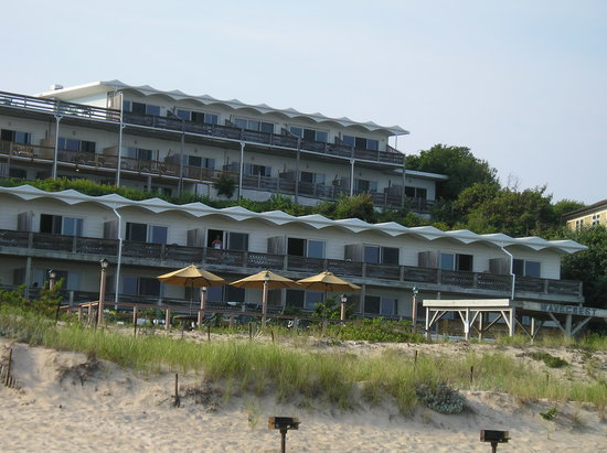 Wavecrest Oceanfront Resort: Looking at resort from beach