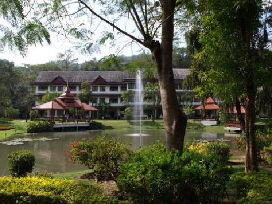 Suan Bua Hotel & Resort: Fountain in small lake