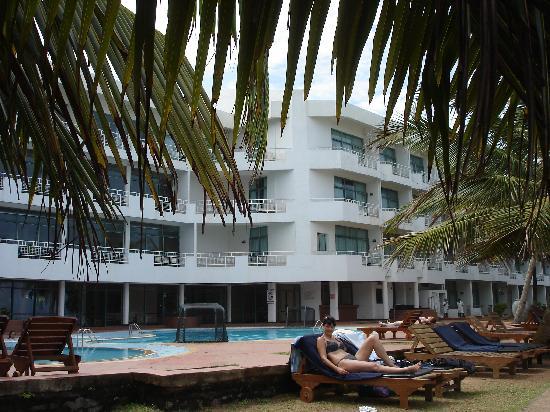 Induruwa, Sri Lanka: Hotel seeseitig, obenim Eck die Suite