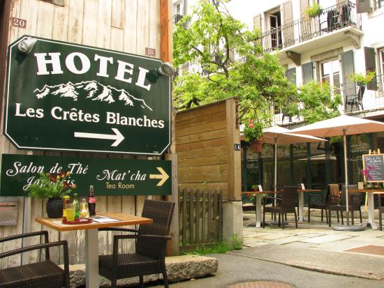 Hotel Les Cretes Blanches: The entrance of the Hotel