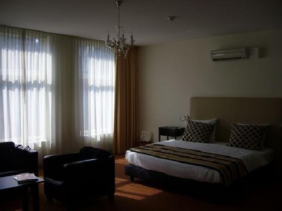 Quartier Du Port: Hotel room n° 20, king size bed, large windows, plenty of light