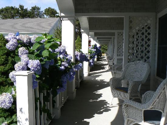 West Harwich, MA: Blick auf die Veranda vor den Zimmern