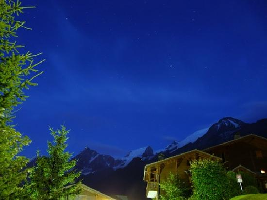 Apartamentos Pierre & Vacances Hauts Chavants: le massif du mont blanc la nuit vue depuis la residence