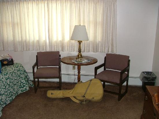 Indian Hill Motel: Sitting area