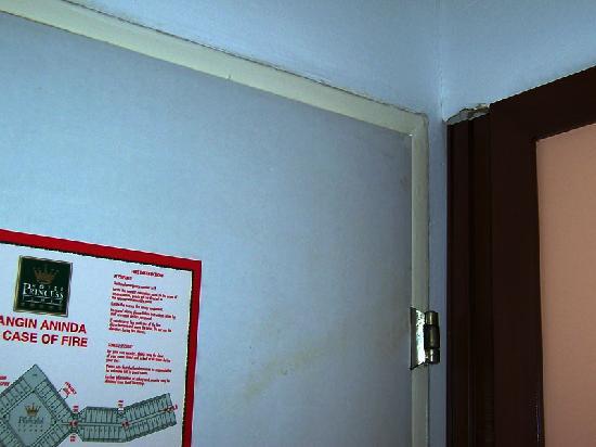 Kaya Izmir Thermal & Convention: Suciedad y desperfectos de la habitación