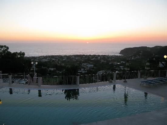 Hotel Carlo Magno: Piscina panoramica, ogni tramonto uno spettacolo differente