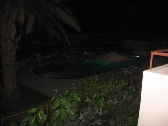 Hotel Aloe: The pool at night