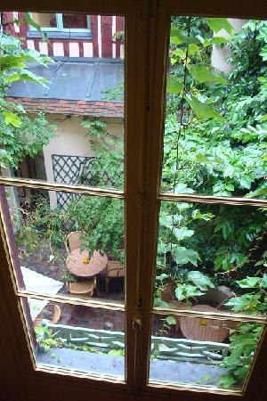 Le Vieux Carre : ホテルの階段から中庭を見下ろした様子