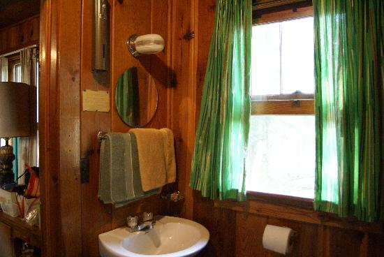 Huskins Court and Cottages: Huskins Motel bathroom