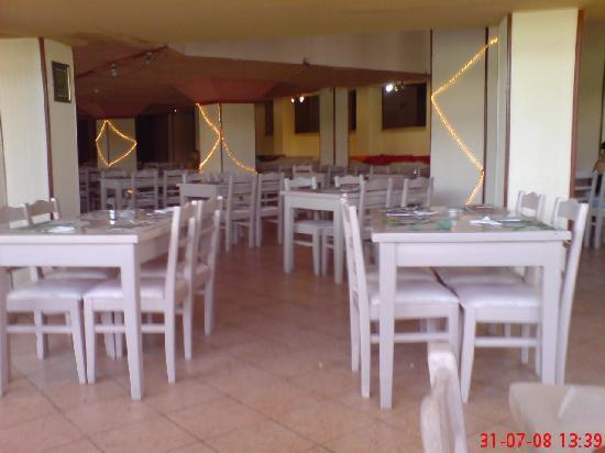Les Rois: Main restaurant with dirt :((((