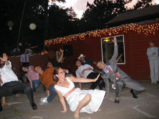 Sunshine Mountain Lodge: Our wedding party dance on the patio