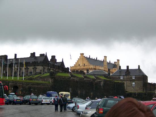 Carlton George Hotel: Sterling Castle from the parking lot. Make sure you being an umbrella to Scotland.
