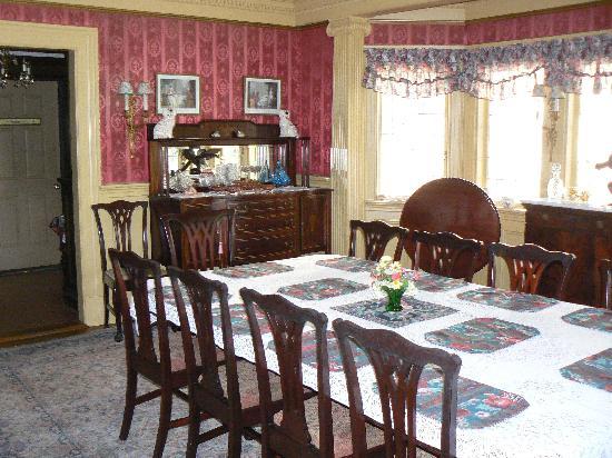 Thornhedge Inn: The big breakfast table