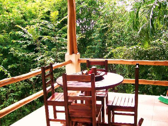 Casa Chameleon Hotel Mal Pais: villa balcony dining table
