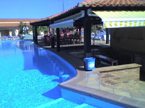 O Alambique de Ouro Hotel Resort & Spa : Outside view of the pool bar