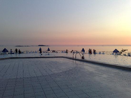 Plat: La piscina sobre el mar