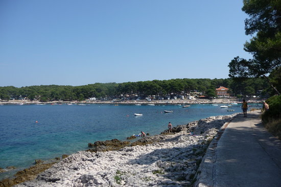Mali Losinj, Kroatien: The view looking back to the hotel