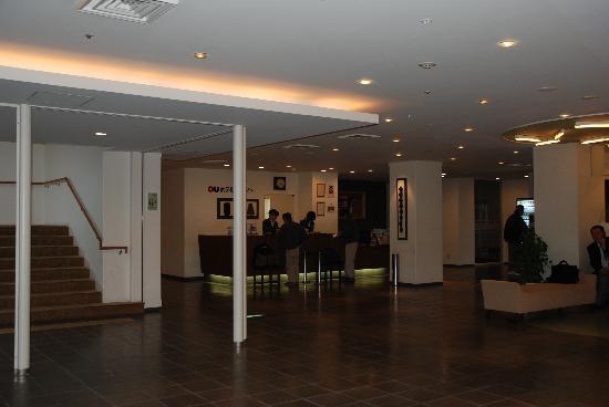 Oyu Hotel : ホールとフロント