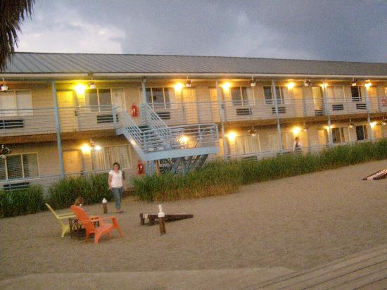 Beachfront Resort: hotel at night