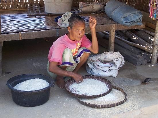 Pantai Kuta - Lombok: old lady in aga village