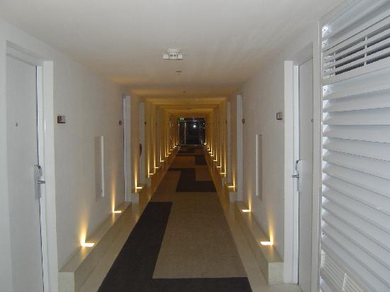 Le Fenix Sukhumvit: the long hall way to the rooms
